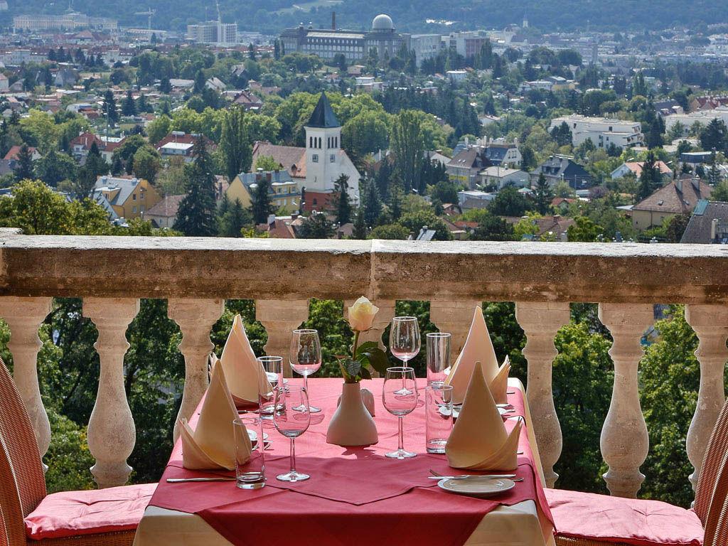 Beispiel: Terrasse mit Panoramablick, Foto: Austria Trend Hotel Schloss Wilhelminenberg.