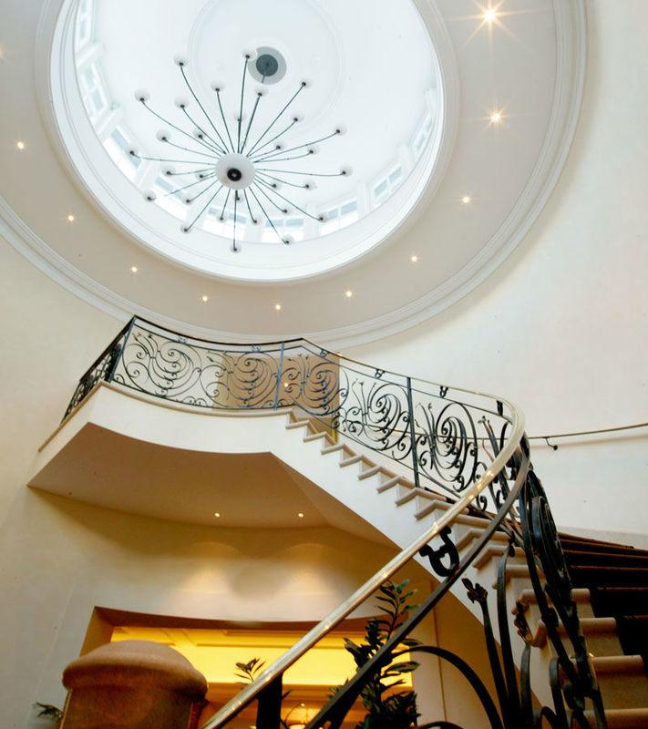Beispiel: Treppenaufgang Hotel, Foto: Suvretta House.