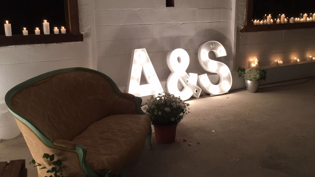 Altar con sofá y letras iluminadas
