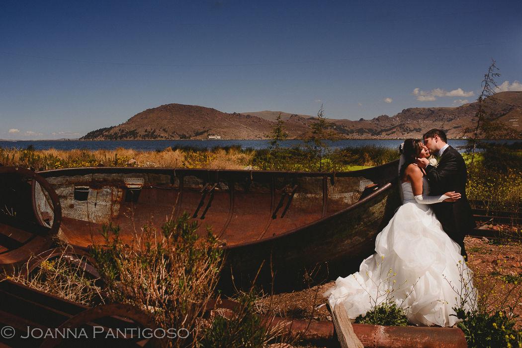 Yarmila y Cosmin - Wedding - Puno, Perú Perú e Italia en su boda realizada en Puno, aquí a orillas del Lago Titicaca, el lago navegable más alto del mundo.
