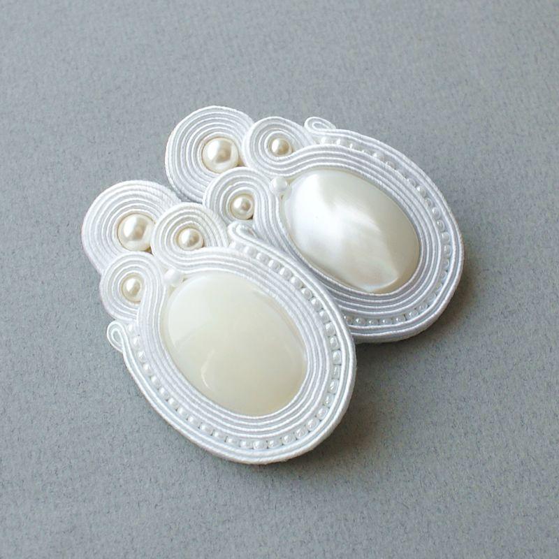 Kolczyki wykonane z masy perłowej oraz pereł.