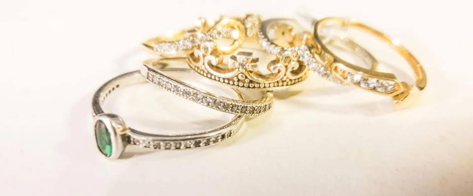 Anillos de compromiso de oro amarillo y blanco y piedras preciosas.