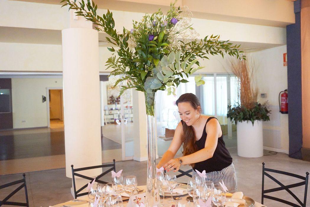 Airin Rojas montando mesas de banquete de bodas.