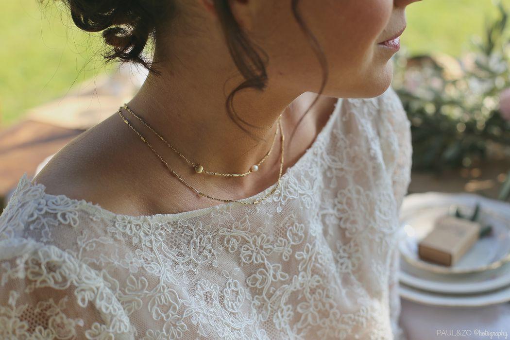 Vue de face, collier de dos plaqué Or et perles d'eau douce. Robe Atelier d'Elea Photo Paul & Zo