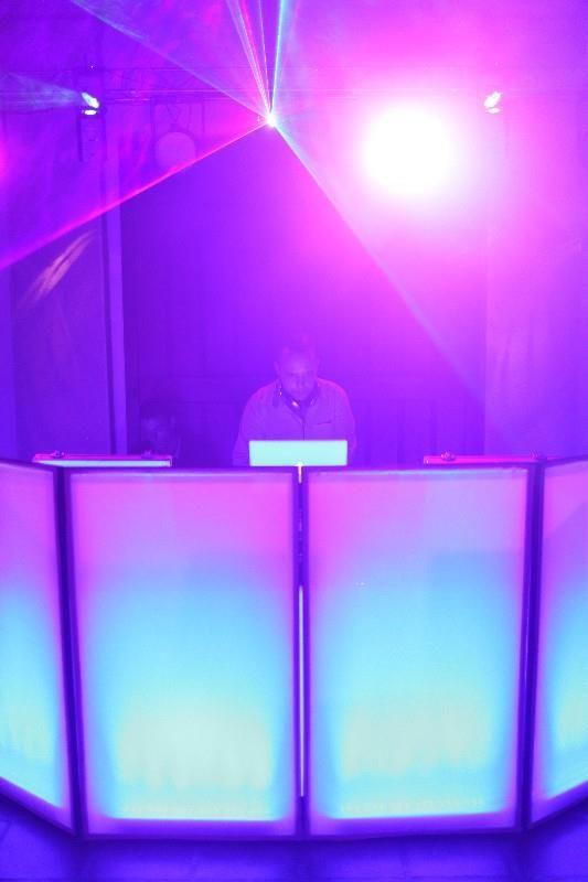 DJ Profissional versátil com Vasta Cultura Musical, é efectuada uma reunião prévia com o DJ afim de delinear os estilos musicais pretendidos para dançar e para música ambiente.