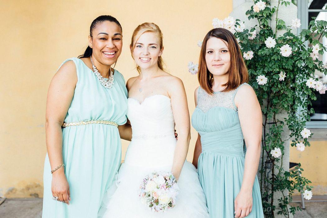 Das Shine Bright Team mit einer glücklichen Braut.