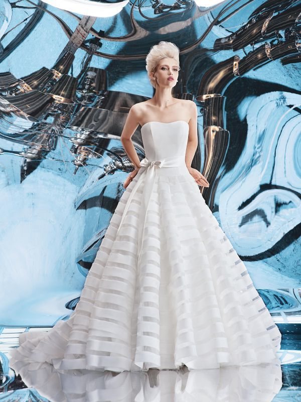 Свадебное платье с оригинальной юбкой и отрезным корсетом от Helen Miller