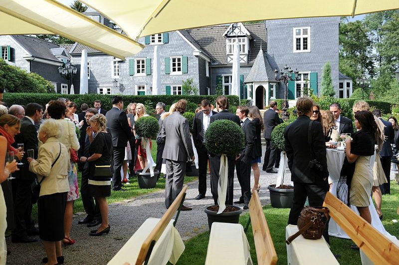 Beispiel: Hochzeitsgesellschaft draußen, Foto: Schloss Grünewald.