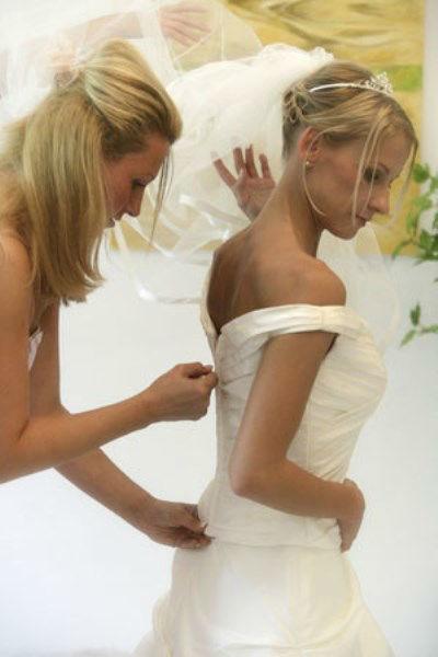 Beispiel: Hilfe beim Anziehen des Kleides, Foto: Beauty4me.