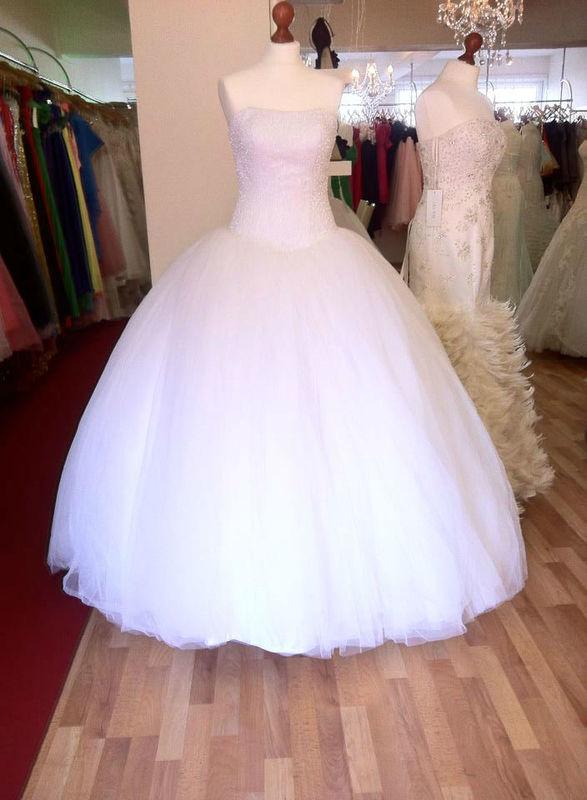 Beispiel: Brautmode, Foto: Haris Bride.