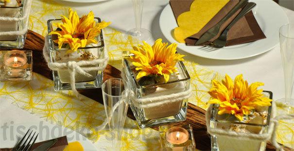 Beispiel: Tischdekoration zur Hochzeit in sonnigem Gelb mit Braun, Foto: Tischdeko-Shop.de.
