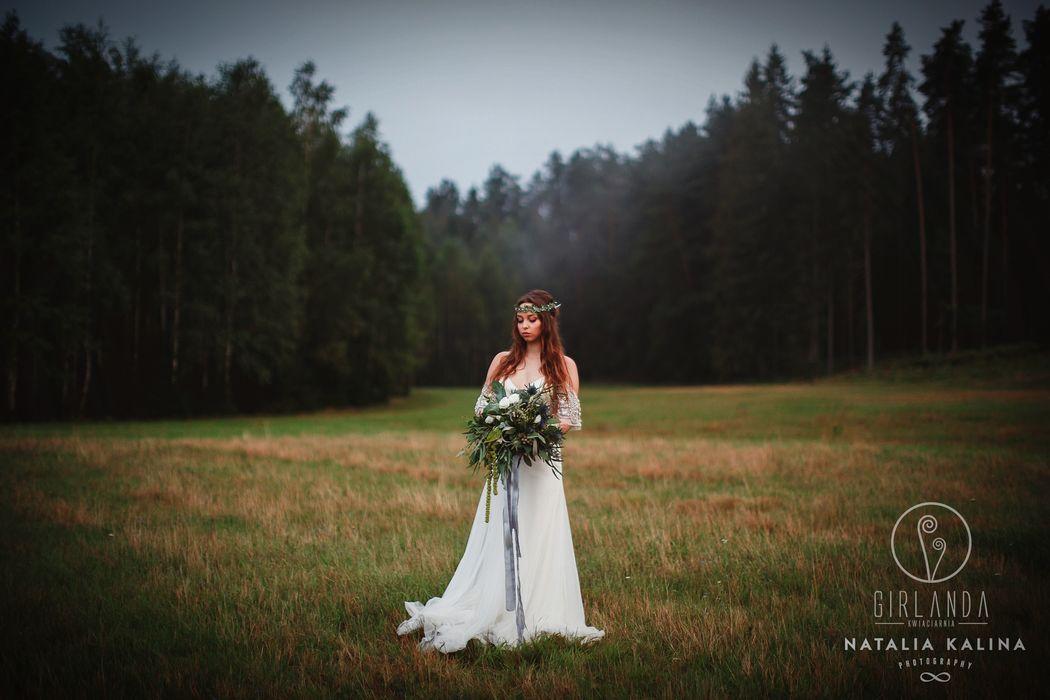Dusty blue - bukiet ślubny i wianek w plenerze fot. Natalia Kalina