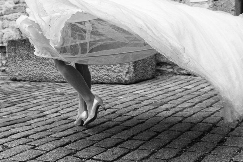Quand le vent joue avec la robe de la mariée, dans les rues de crépy en valois.