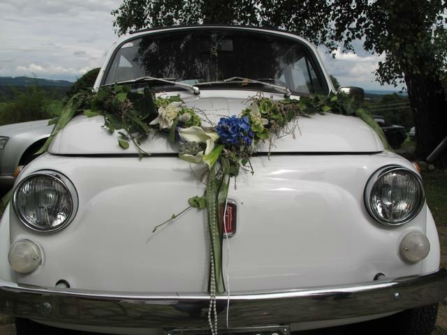Beispiel: Autodekoration zur Hochzeit, Foto: Florales und Gestaltung.