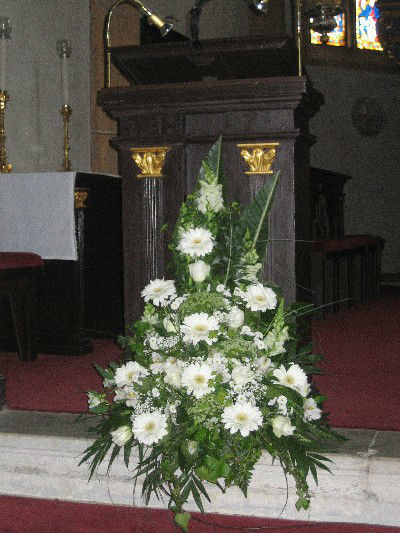 Beispiel: Altargesteck, Foto: Blumen Kleissner.
