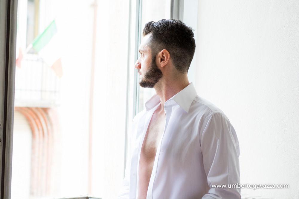 Lo sposo si veste e guarda fuori dalla finestra, quali i suoi pensieri