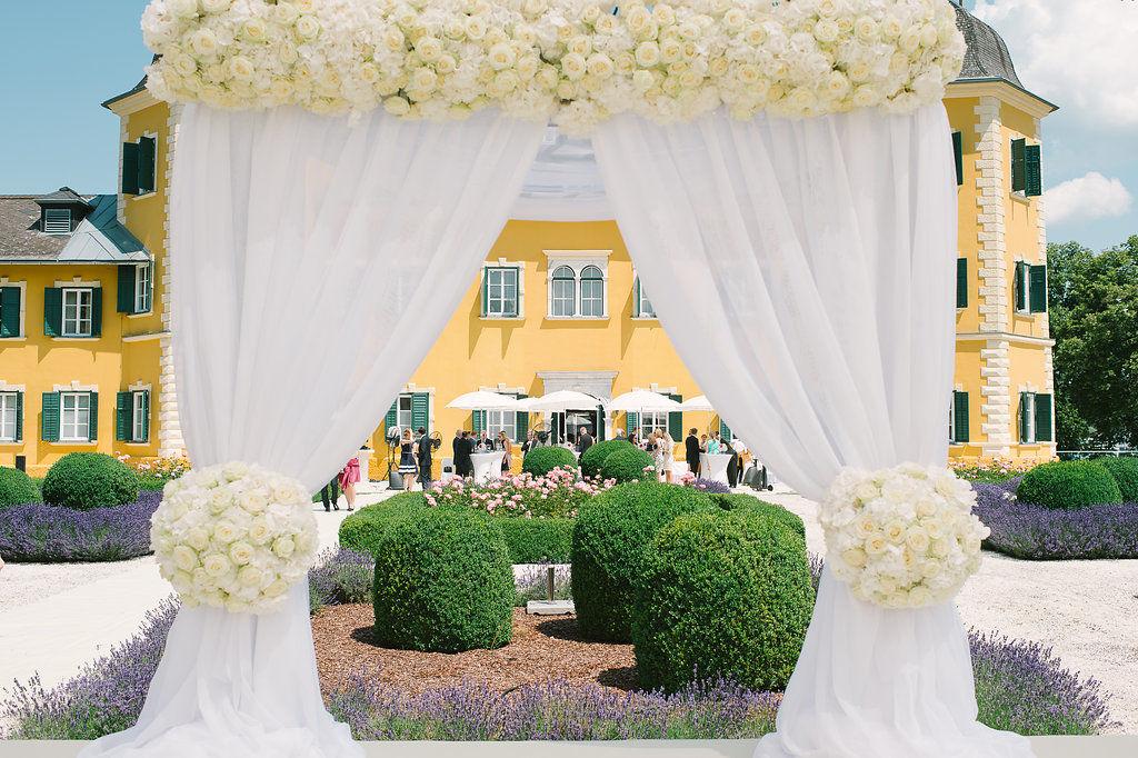 Klassisch-stilvolle Trauungszeremonie im Schlosspark am Wörthersee. Foto: Claire Morgan