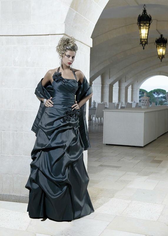 Beispiel: Festliche Kleider zur Hochzeit, Foto: Mode Moser.