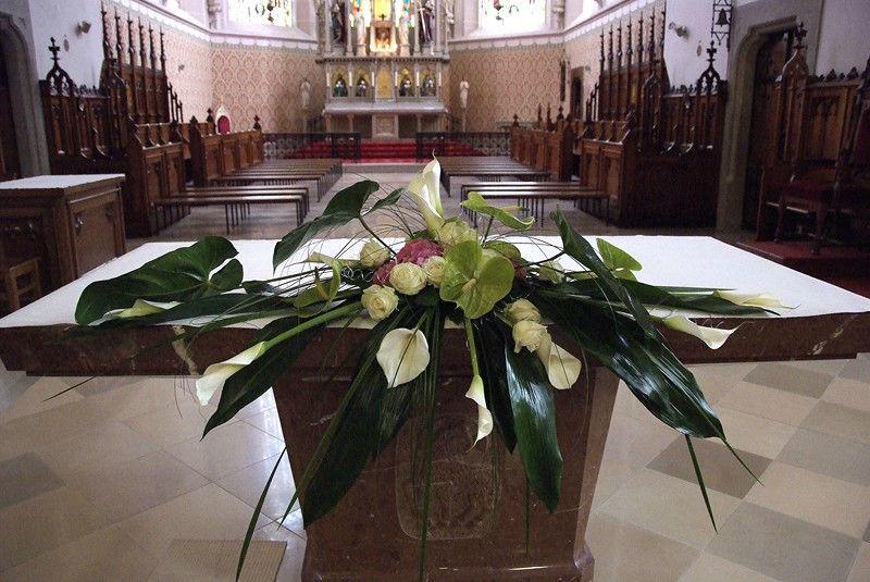 Beispiel: Blumendekoration für den Altar, Foto: Die Blumenfabrik.