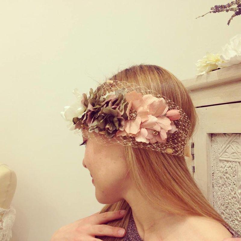 Tocado línea Soft de flores y rejilla en tonos nude.