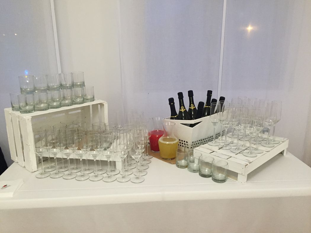 beverage buffet con cassettine di legno bianche
