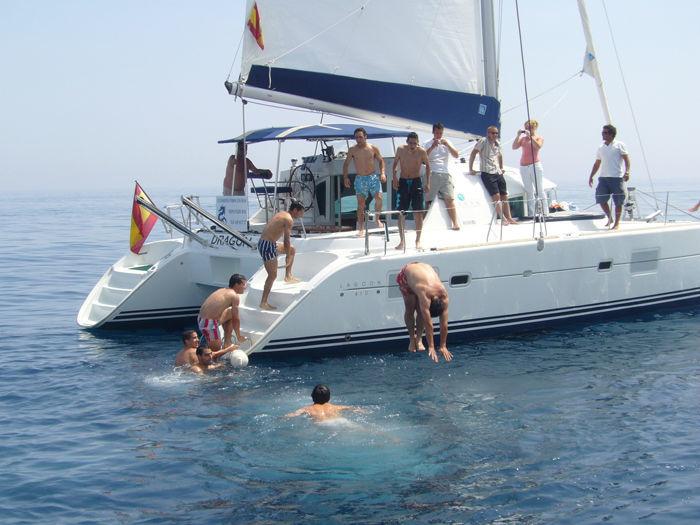 Grupode amigos divirtiendose en una despedida de solteros en Ibiza.