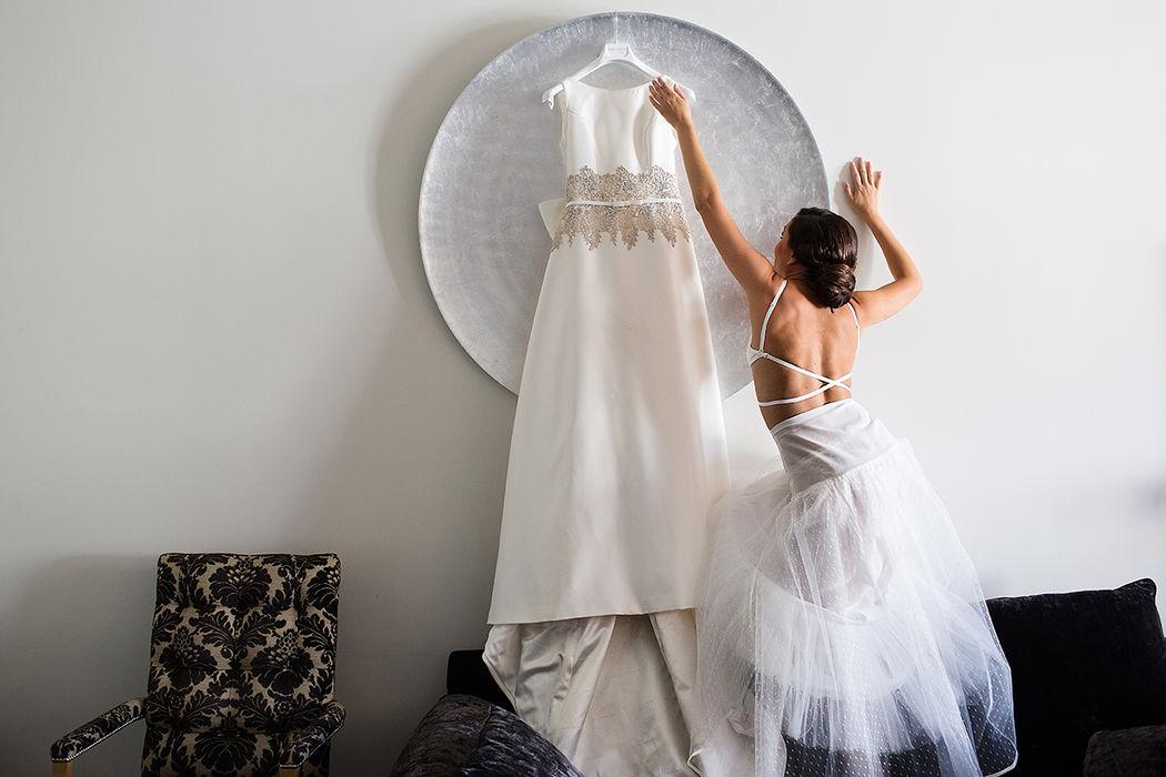 Patricia coge su vestido de novia.