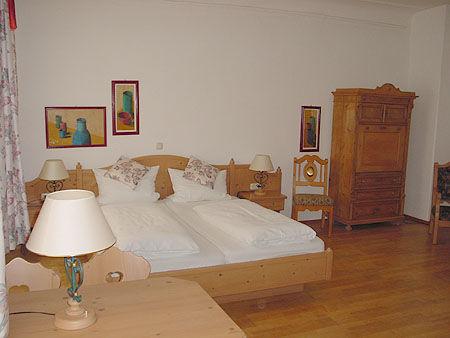 Beispiel: Zimmer im Landhausstil, Foto: Landgasthof Reisinger.