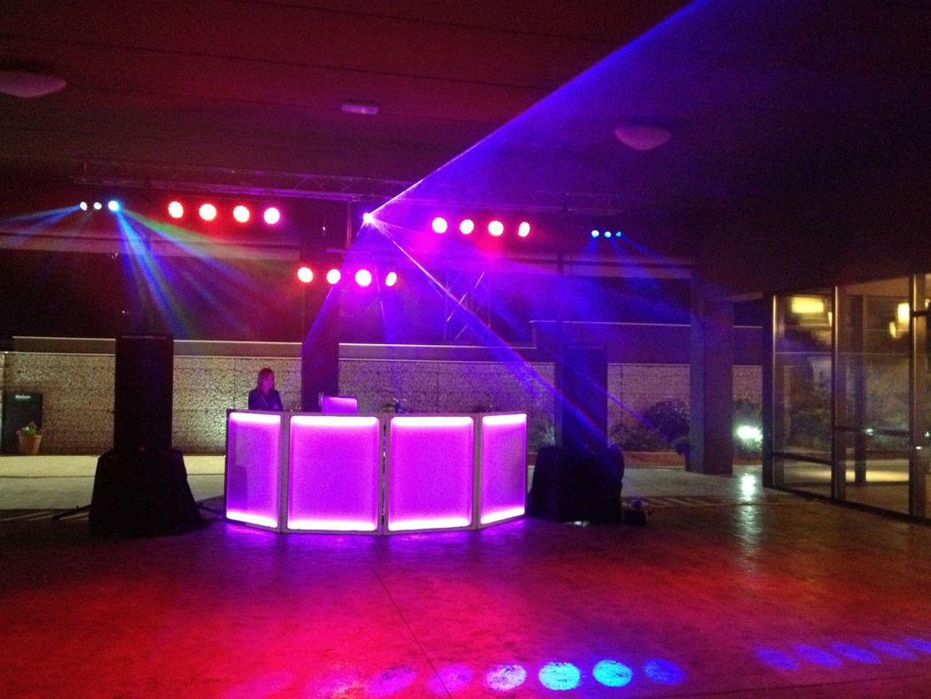 Puente de iluminación led con máquina de humo, para una buena fiesta.