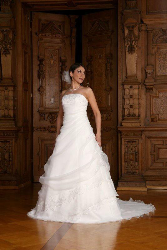Beispiel: Mode für Bräute, Foto: Avorio Vestito.