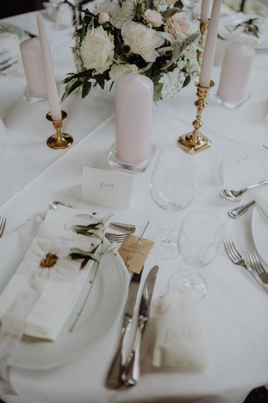 Tischdekoration mit wunderschönen antiken Messing Kerzenhaltern Foto: Julia & Gil Hochzeitsfotografie