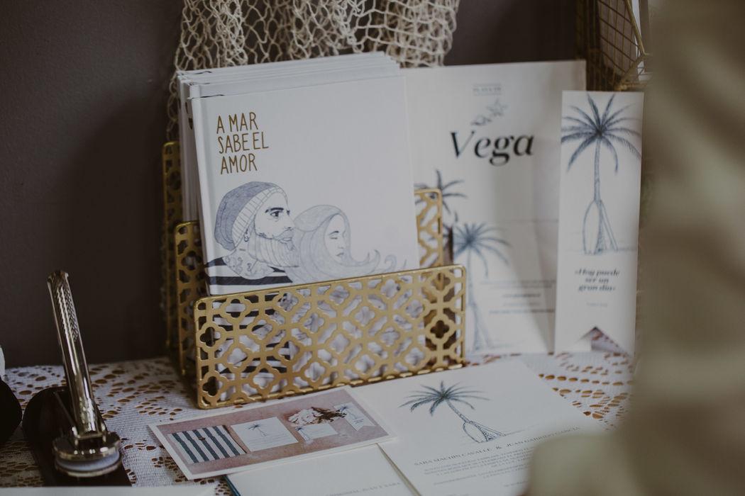 Detalle del cuaderno 'A mar sabe el amor' junto a parte de una papelería de bodas inspirada en el surf.