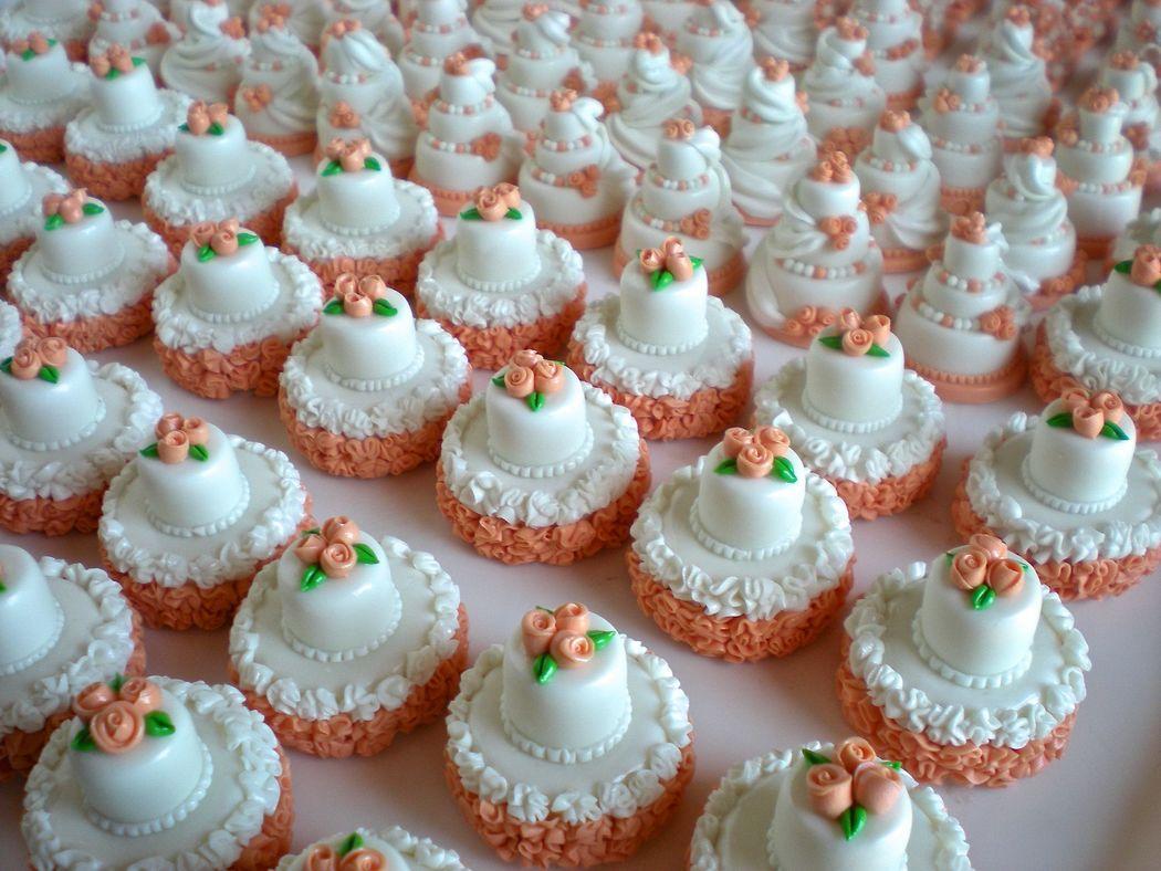 Minicake pesca e bianco, realizzate e decorate a mano, in pasta di mais. Disponibili solo su ordinazione.