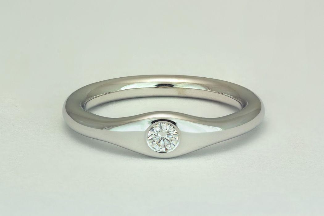 Colección Atala. Anillos para mujeres modernas con vidas agitadas. Joyas con diamantes y metales lisos, o con muchos diamantes pequeños de adorno.
