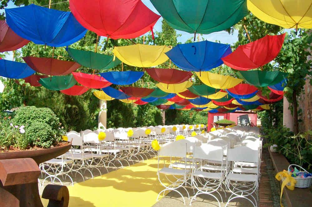 Ceremonia civil con decoración de paragüas