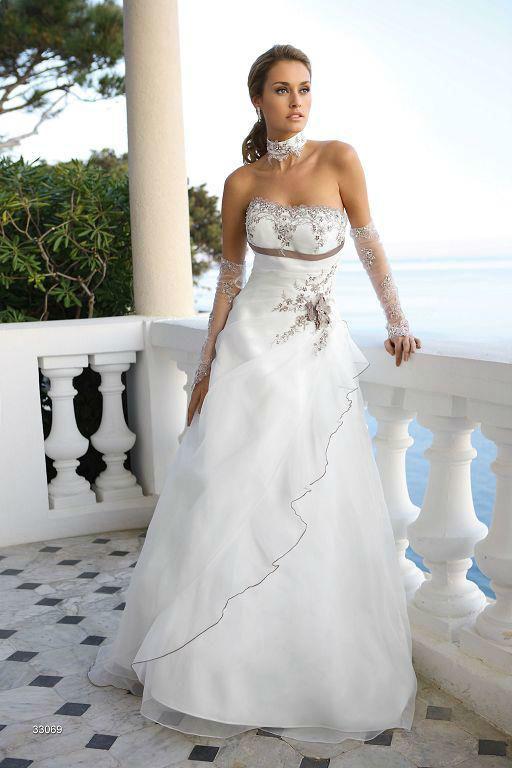 Beispiel: Trägerloses Brautkleid, Foto: Sanela Brautmoden.