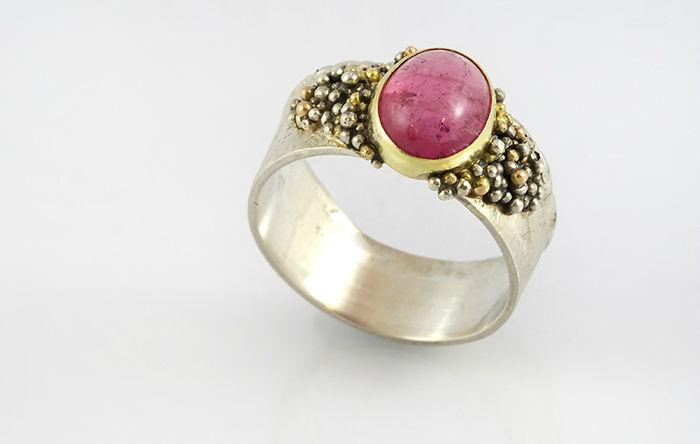 Een van de ringen uit Sarah's eigen collectie: zilveren ring met roze toermalijn en granules.