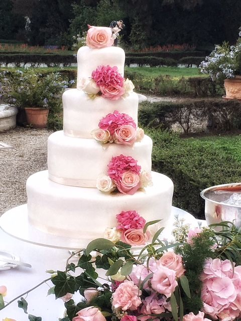 Romantica Wedding Cake con rose e ortensie