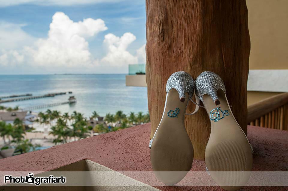 #mobiliarioparaeventos, #bodasenlaplaya #beachweddings #centrosdemesa #centerpieces #bodasencancun #partyboutiquecancun #udwfinefurniturerental #prettyflowerscancun