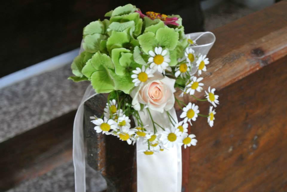 Eco-country wedding - Addobbi floreali panca chiesa