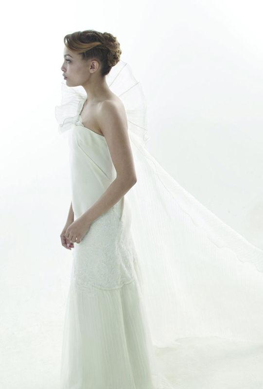 Beaumenay Joannet Paris - Robe de mariée création couture épaule unique et cape plissée