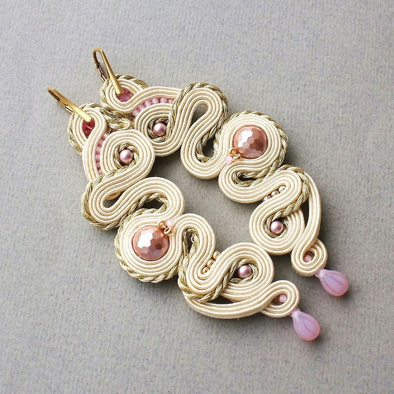 Kolczyki wykonane z pereł oraz kryształów.