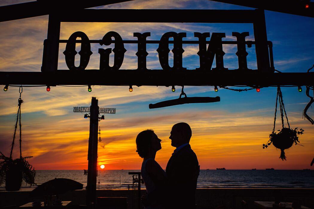 Prachtige zonsondergang tijdens beachwedding Anke & Jaco