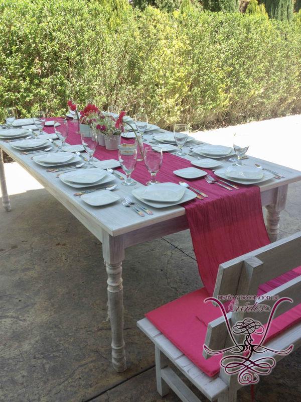 Mesas Vintage para 12 personas con 2 bancas dobles con respaldo y camino de mesa color magenta!  L&L EVENTOS
