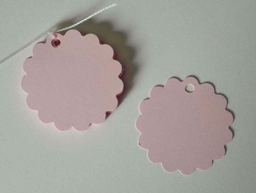 Etiquetas redondas con borde festón, color rosa pastel. 5cm diámetro.
