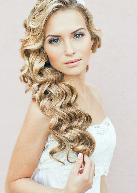 natural make up and side loose waves