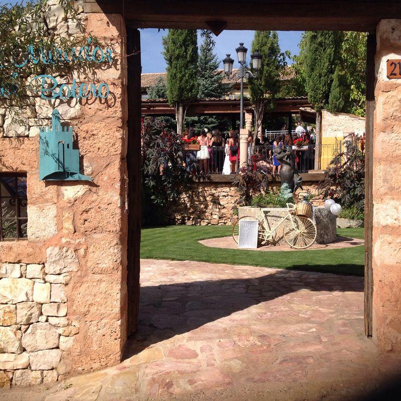 Un portalón de madera, muros de piedra esconden un jardín ideal para bodas