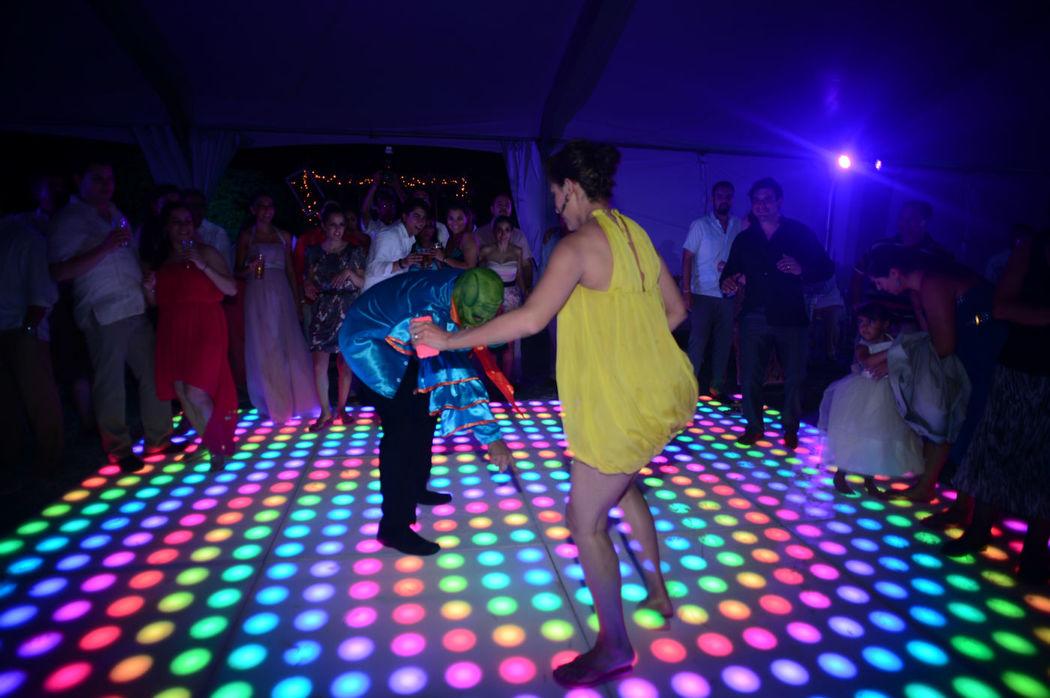Las mejores pistas de Baile contratalas  aqui de Leds de puntos personalizadas etc.