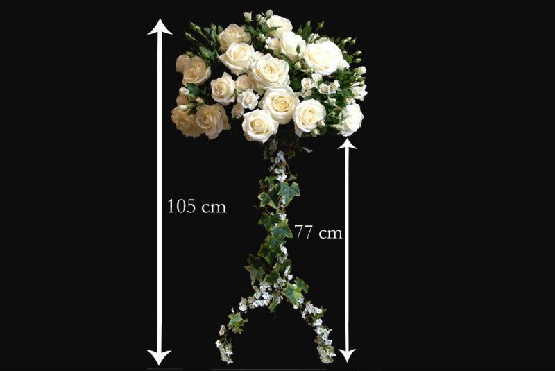 Chandelier de roses blanches pour souligner une ou des tables. Toutes saisons et toutes couleurs .  www.fleurs-fruits-feuillages.fr