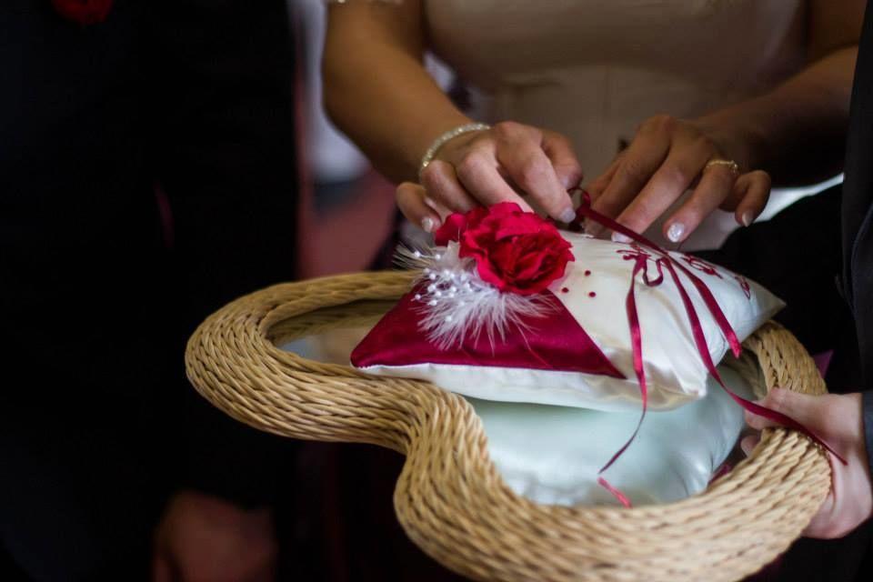 Coussin mariage : porte-alliances, livre d'or, tirelire,  jarret